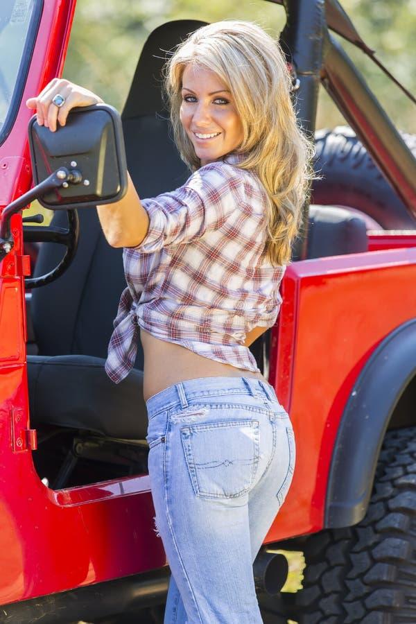 Modèle blond avec le véhicule image libre de droits