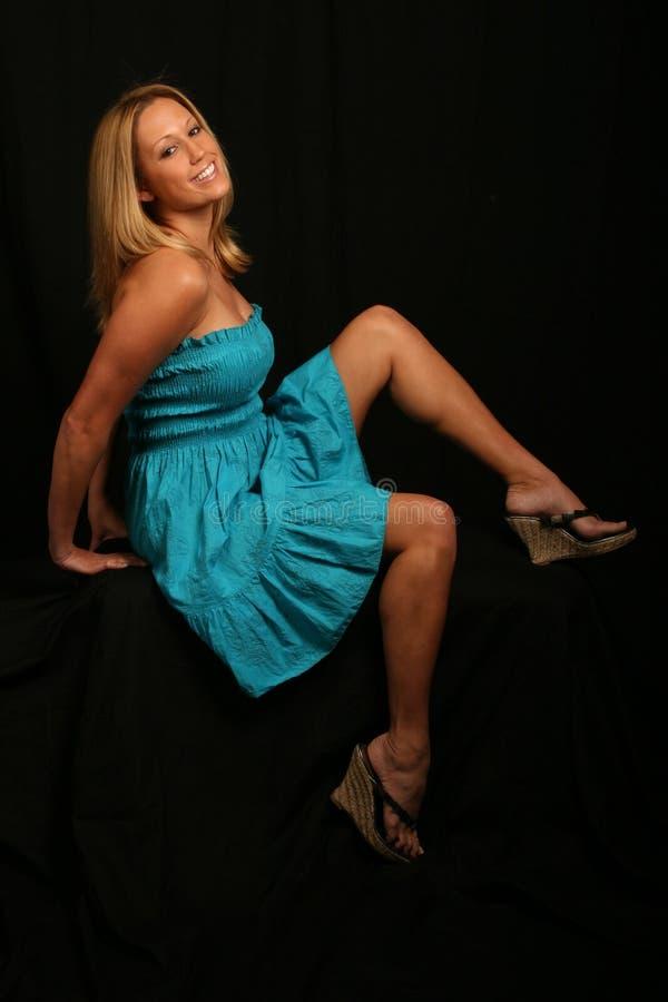 Modèle blond dans la robe bleue image libre de droits