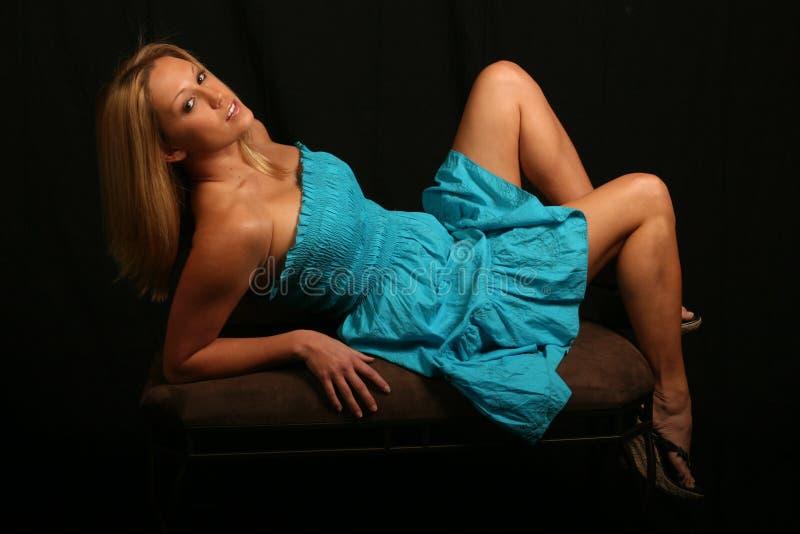 Modèle blond dans la robe bleue images libres de droits
