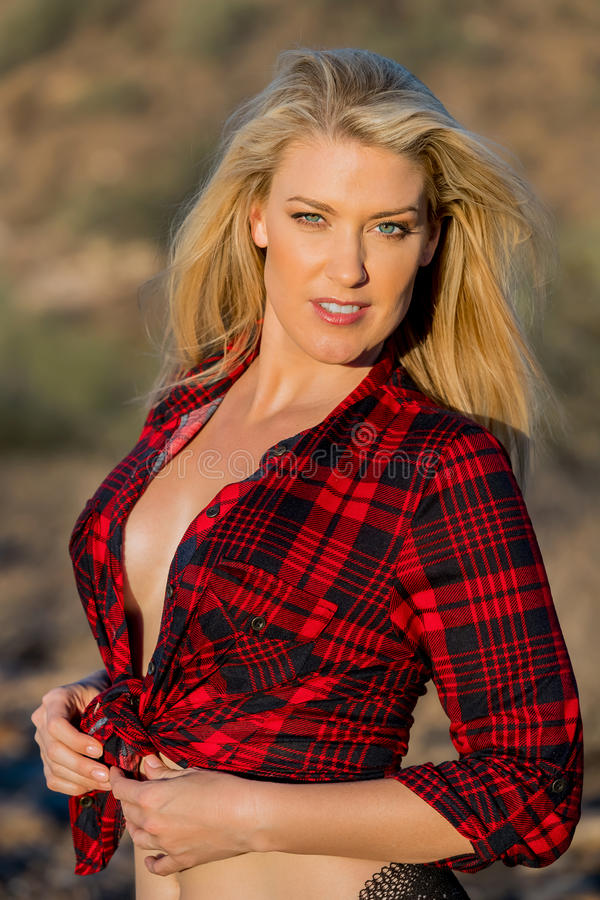 Modèle blond dans le désert image libre de droits