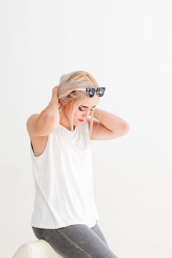 Modèle blond de belle séance touchant ses cheveux photos libres de droits