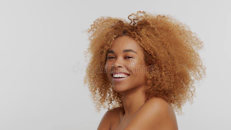 Modèle blond de noir de métis avec les cheveux bouclés photo libre de droits