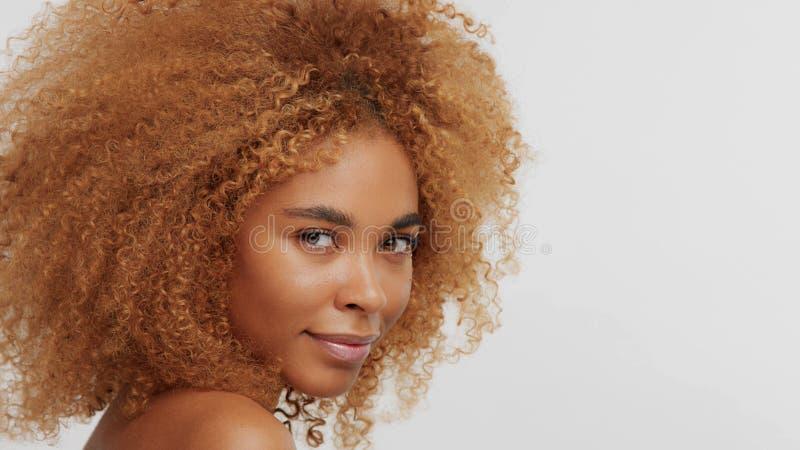 Modèle blond de noir de métis avec les cheveux bouclés photographie stock