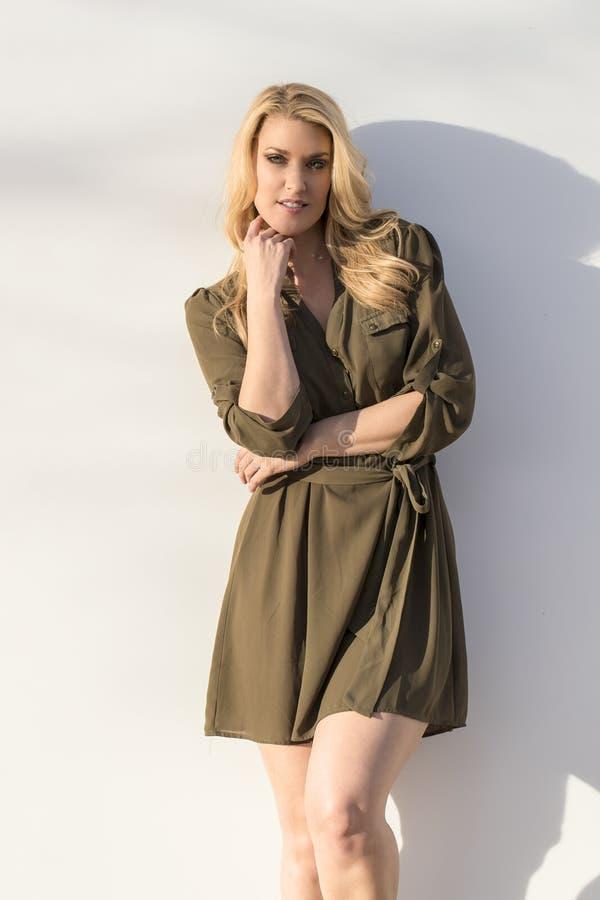 Modèle blond posant dehors photo stock
