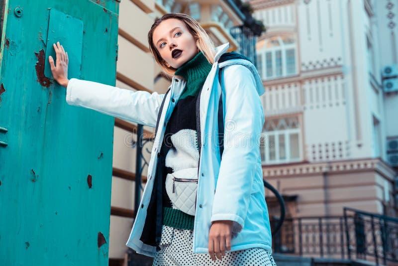 Modèle blond utilisant la veste bleue d'hiver posant l'extérieur photos libres de droits