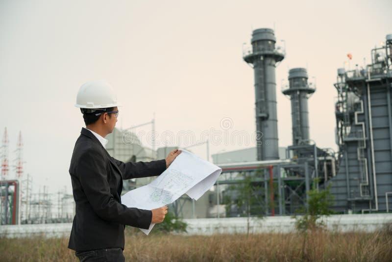 Modèle chimique de participation d'ingénieur industriel à la centrale Énergie et industrie pétrochimique image stock