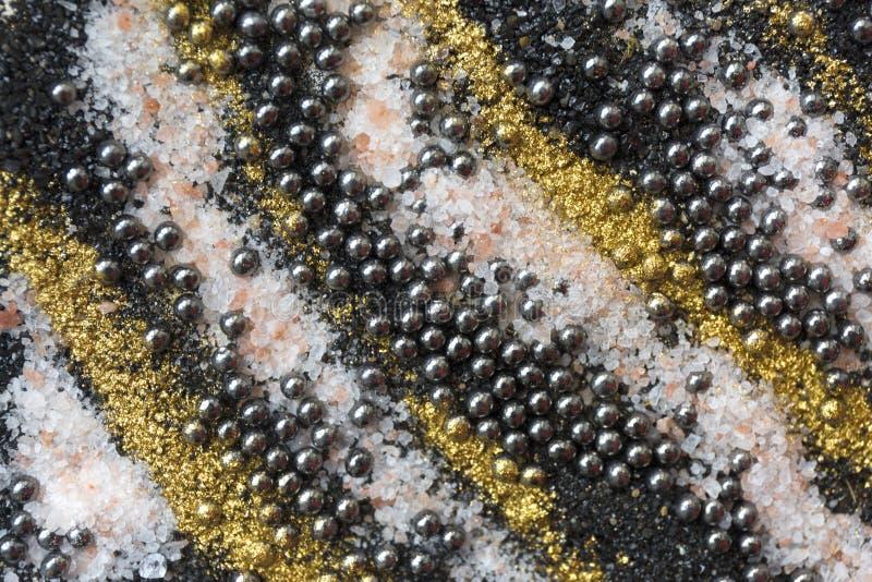 Modèle coloré posé de sable Fond de marbre de style Noir et texture de poudre d'or photographie stock libre de droits
