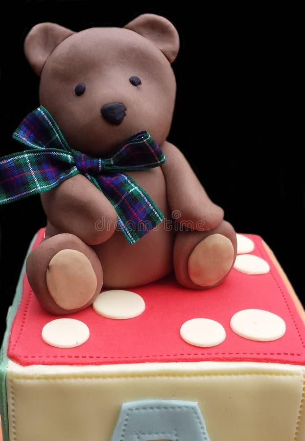 Modèle comestible d'ours de nounours sur un gâteau de bloc d'alphabet images stock