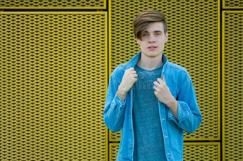 Modèle d'adolescent en denim bleu photographie stock libre de droits