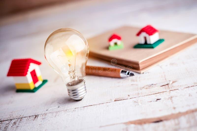 Modèle d'ampoule et de maison images stock