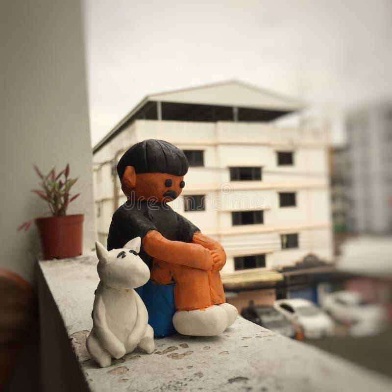 It& modèle x27 d'argile ; chien de bâti de s et un homme images libres de droits