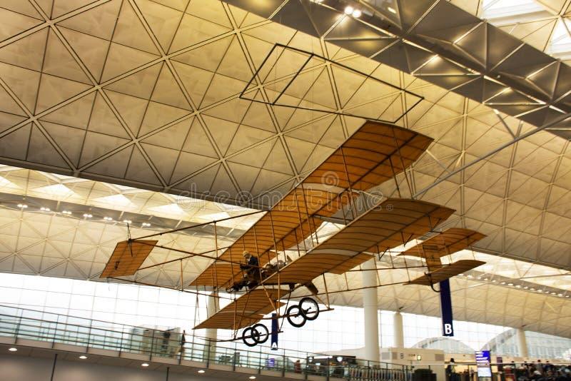 Modèle d'avion antique accrochant sur le terminal de PF de hall de Hong Kong International Airport photographie stock libre de droits