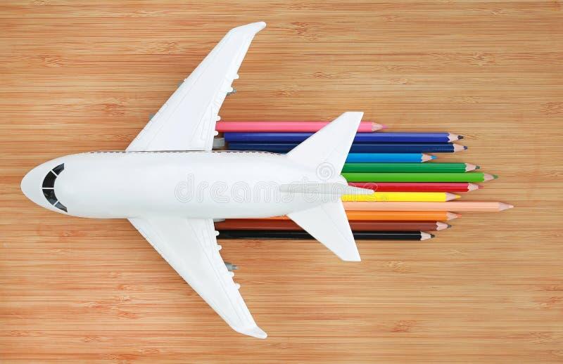 Modèle d'avion sur le fond en bois avec le crayon coloré à la vitesse de concept des avions à réaction image stock
