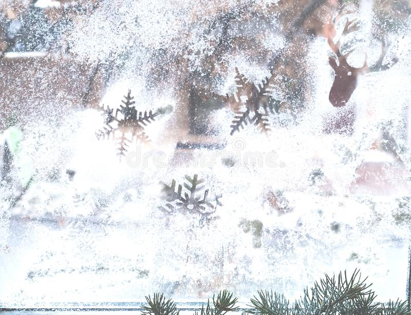 Modèle d'hiver des flocons de neige sur la fenêtre Copiez l'espace photos stock
