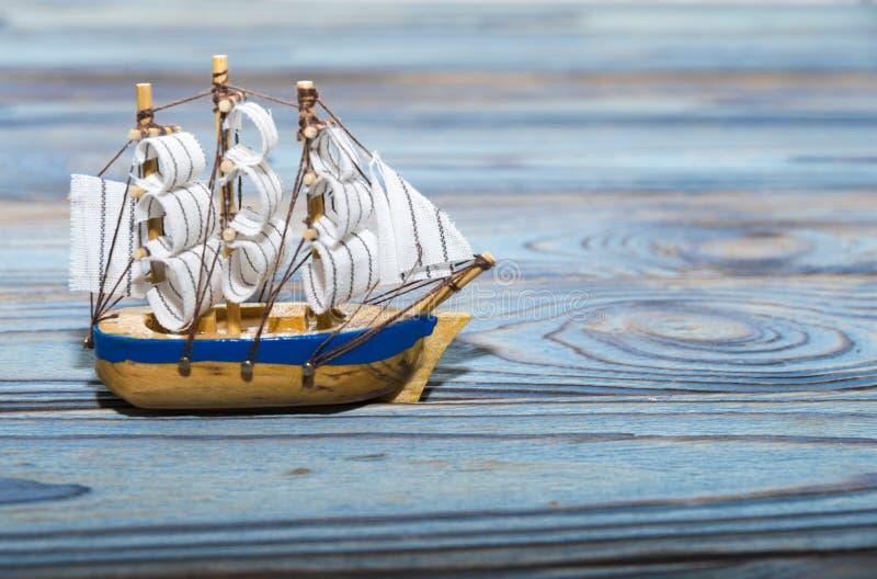 Modèle d'un bateau de navigation contre photos stock