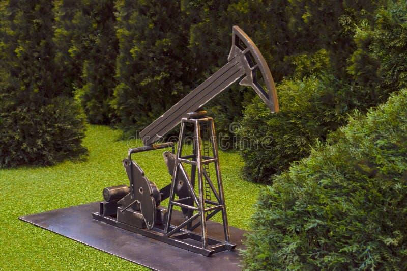 Modèle d'une plate-forme pétrolière dans le mail de ville Vue de c?t? images stock