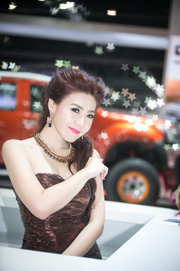 Modèle d'Unknow dans la robe sexy au trente-cinquième Salon de l'Automobile international de Bangkok, beauté de concept dans la co image stock
