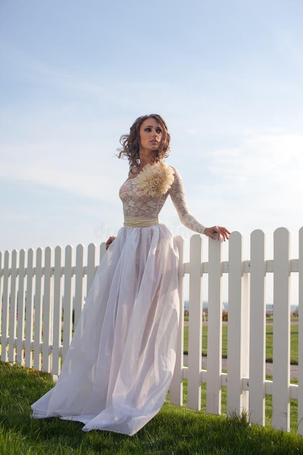 Modèle dans la longue robe blanche photo stock