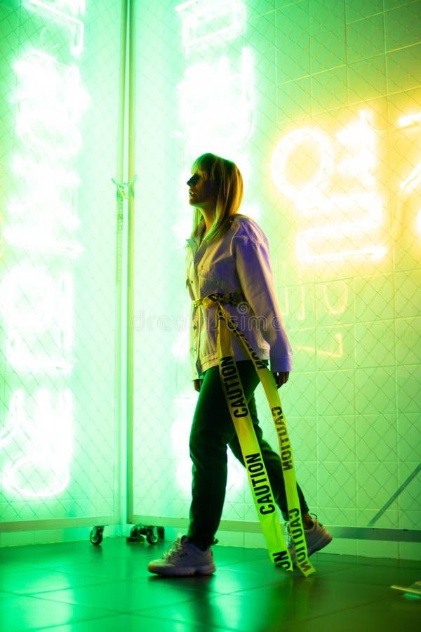 Modèle dans le studio au néon, lumière phosphorescente photos libres de droits