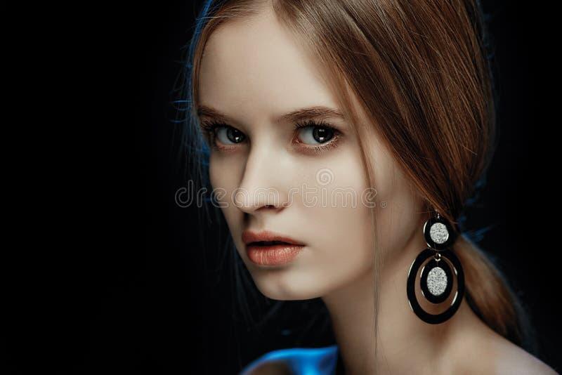 Modèle de beauté avec de longs cheveux bruns brillants parfaits image stock