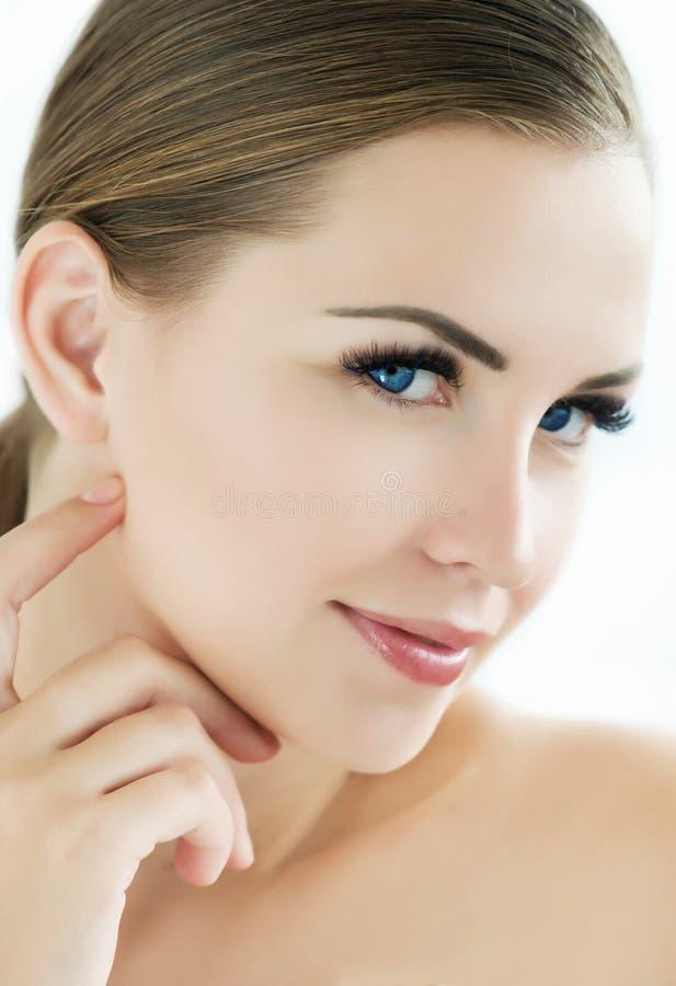 Modèle de beauté avec la peau fraîche parfaite et les longs cils photos libres de droits