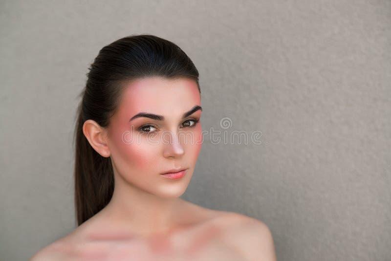 Modèle de beauté avec le maquillage lumineux Concept de soin de sourcil Femme sensuelle de brune avec le maquillage lumineux et l photographie stock