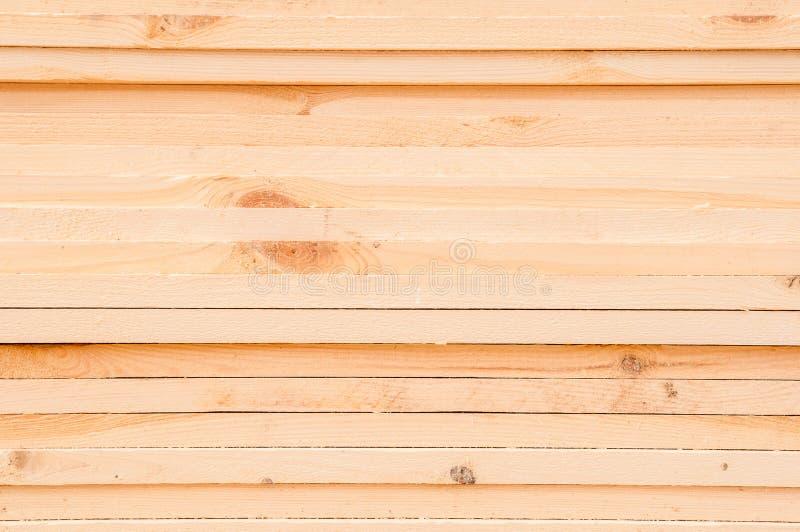 Modèle de bois de construction rectangulaire empilé de faisceau en bois au chantier de bois de scierie photo libre de droits