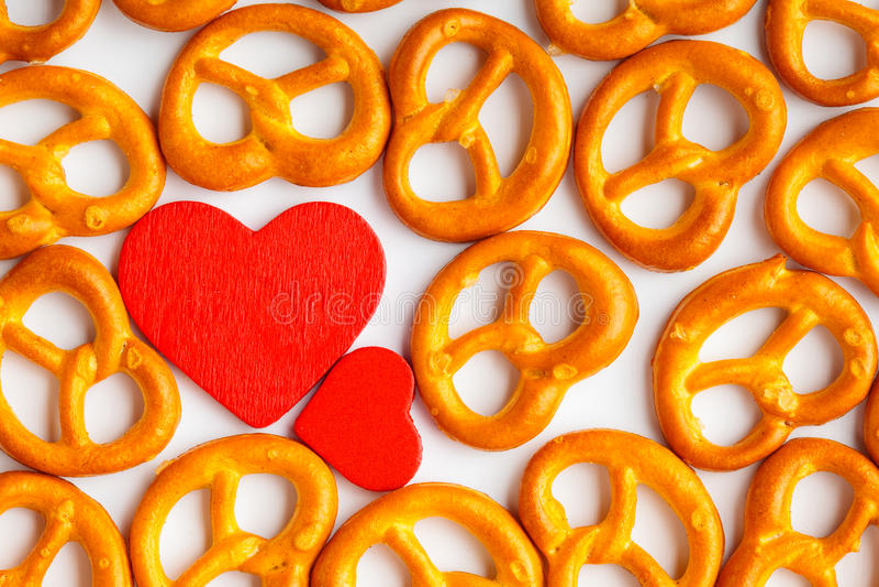 Modèle de bretzels de fond de Saint-Valentin et coeur rouge photo libre de droits