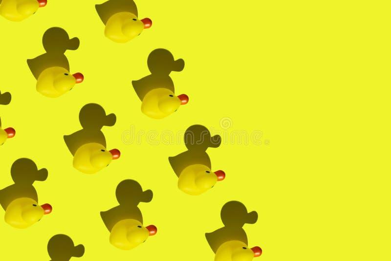 Modèle de canard en caoutchouc jaune photos stock