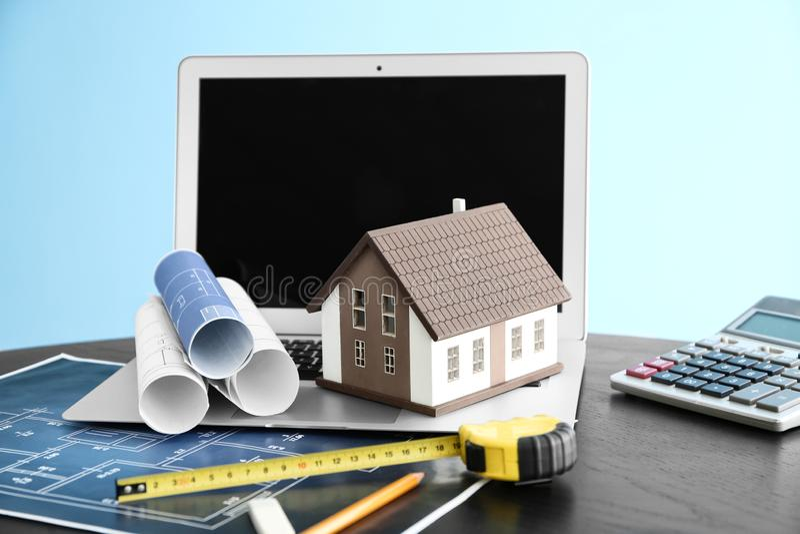Modèle de Chambre avec des dessins et ordinateur portable sur la table Concept d'hypoth?que photographie stock libre de droits