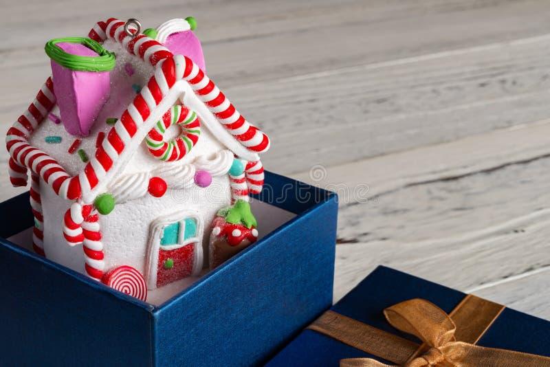 Modèle de Chambre avec la décoration de Noël à l'intérieur de la boîte actuelle photo stock