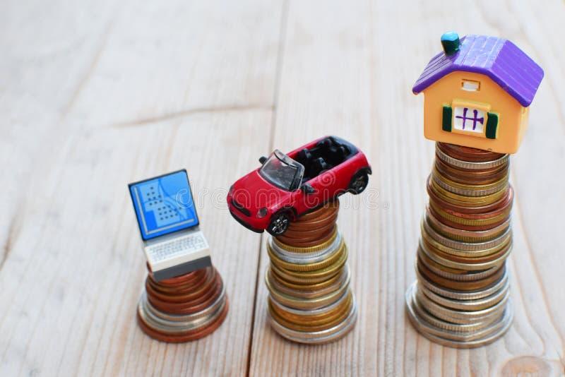 Modèle de Chambre, d'ordinateur et de voiture sur la pile de pièces de monnaie images stock