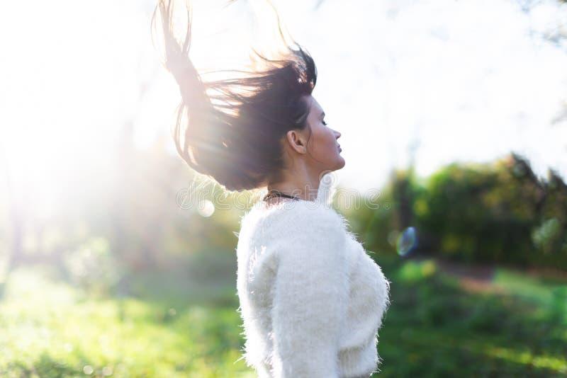Modèle de cheveux avec les cheveux de ondulation de lueur photographie stock libre de droits