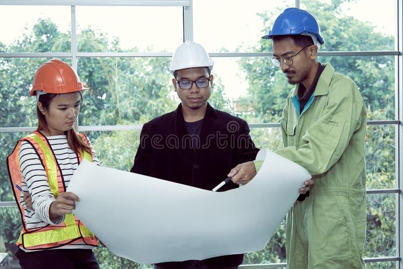 Modèle de contrôle d'ingénieur de site ainsi que l'agent de maîtrise et le personnel de sécurité images stock