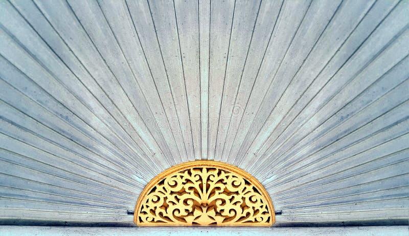 Modèle de découpage en bois au-dessus de la porte de la maison de style chinois image stock