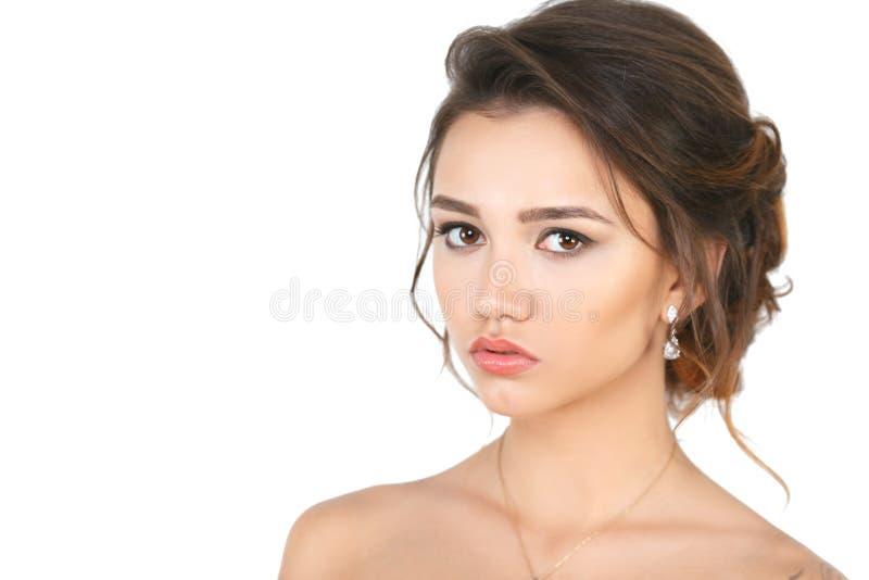 Modèle de femme élégante de mode de beauté avec le maquillage et cheveux sur un fond blanc photo stock