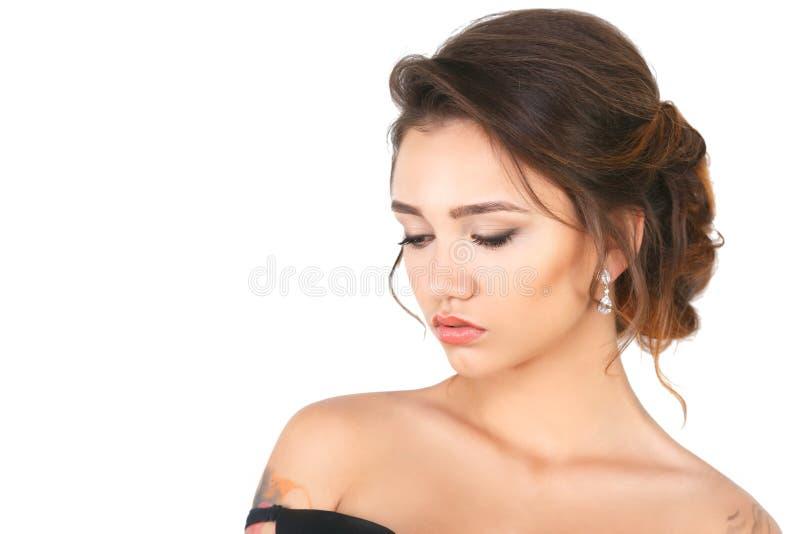 Modèle de femme élégante de mode de beauté avec le maquillage et cheveux sur un fond blanc photographie stock