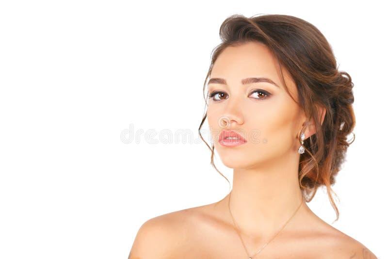 Modèle de femme élégante de mode de beauté avec le maquillage et cheveux sur un fond blanc image stock