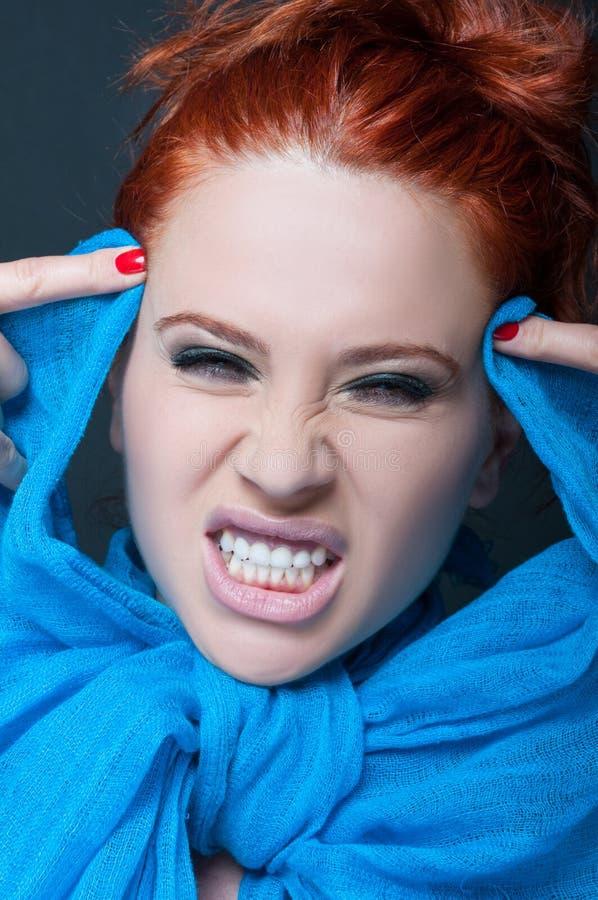 Modèle de femme avec l'expression folle photo stock