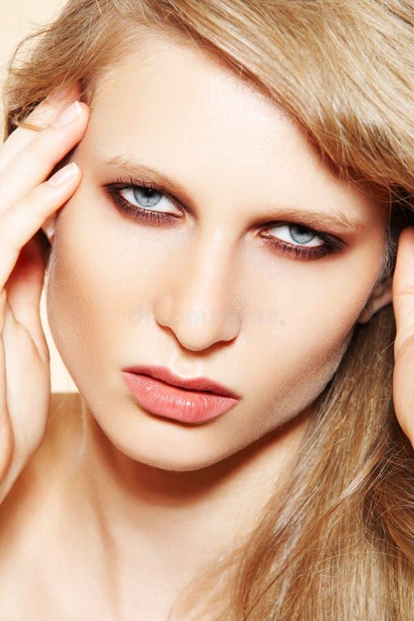 Modèle de femme avec la peau propre, renivellement élégant de mode images libres de droits