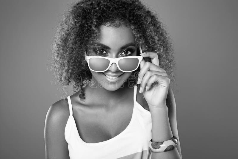 Modèle de femme de hippie de noir de butin de charme avec les cheveux bouclés photos libres de droits