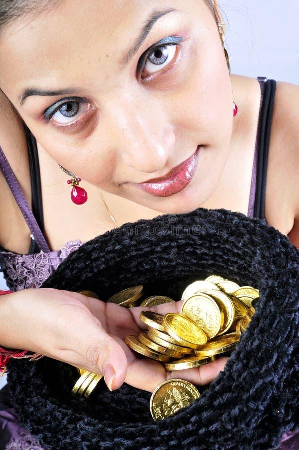 Modèle de fille avec des pièces d'or photographie stock