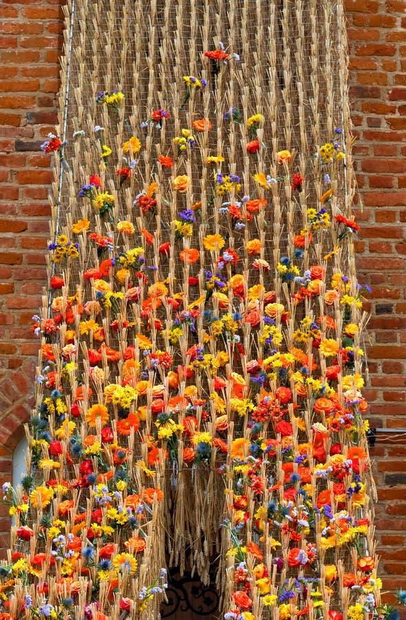 Modèle de fleurs d'été, arrangement floral de différentes fleurs contre le mur de briques, décoration photo stock