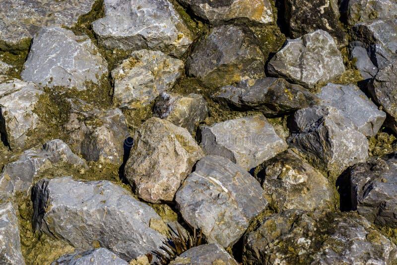 Modèle de fond de grandes roches diverses dans différentes tailles et architecture de formes, naturelle et décorative photographie stock libre de droits