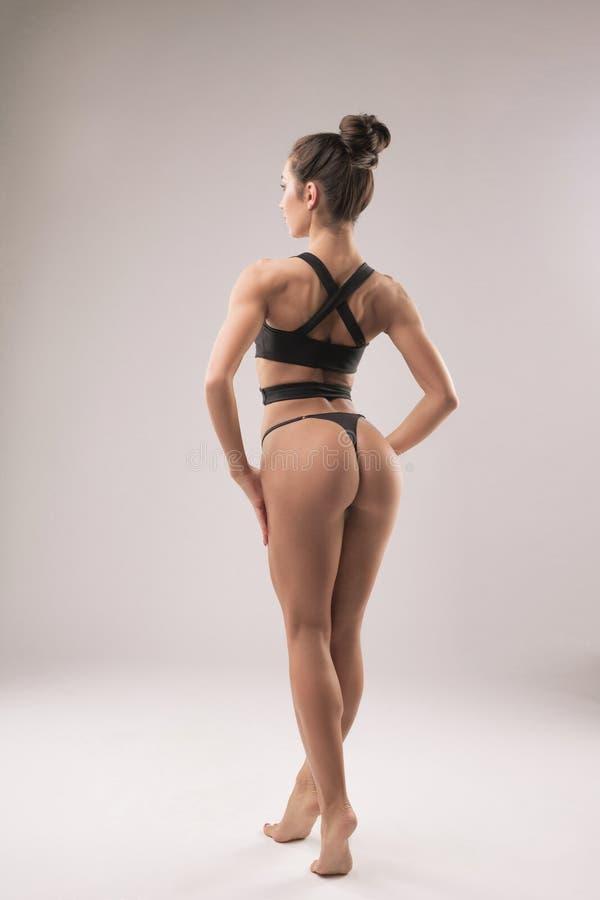Modèle de forme physique dans le rearview de sous-vêtements de sports photo libre de droits