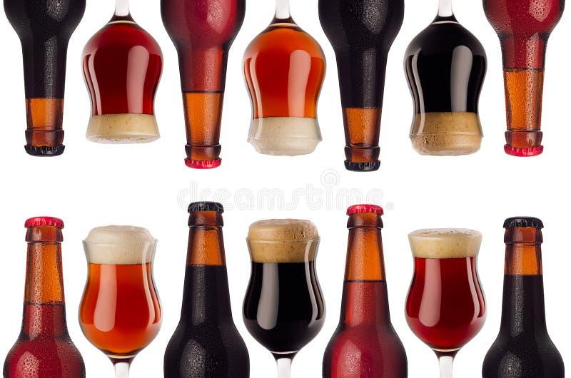 Modèle de frontière d'art décoratif de bière dans des bouteilles et le verre à vin avec la mousse - bière blonde allemande, bière photos stock