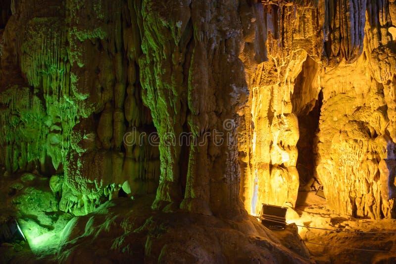 Modèle de jaune de Thien Cung Cave Heavenly Palace Cave photographie stock