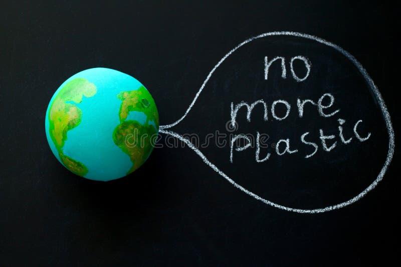 modèle de la planète de la terre sur un tableau avec l'inscription plus en plastique, concept environnemental illustration libre de droits