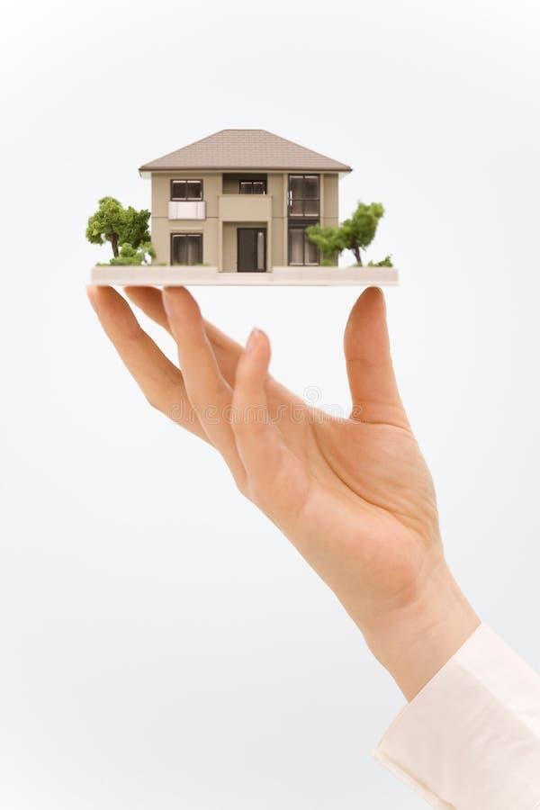 modèle de maison de main photos stock