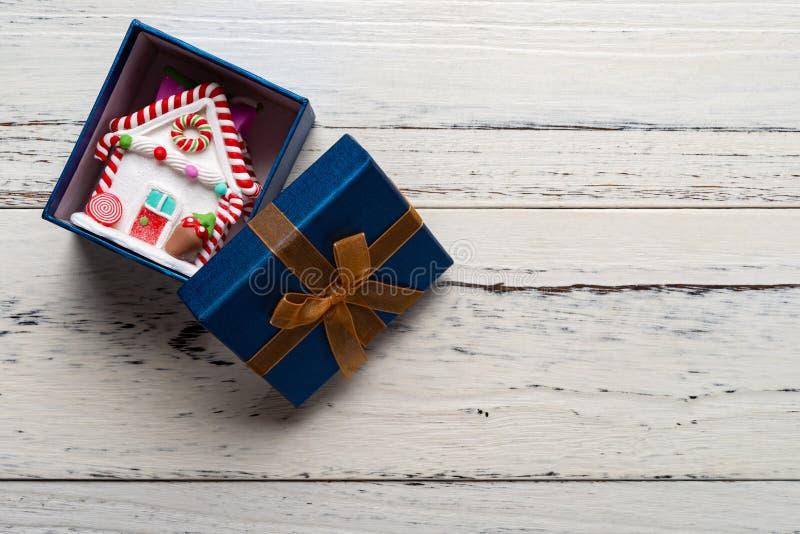 Modèle de maison de vue supérieure avec la décoration de Noël à l'intérieur de la boîte actuelle images stock